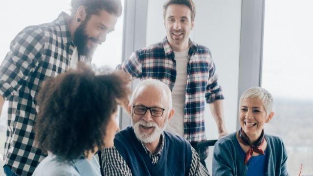 コンビニ経営 幅広い年代の従業員を雇う